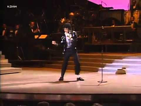 In Memory Of Michael Jackson's Birthday: Billie Jean Performance In 1983 (First Moonwalk)